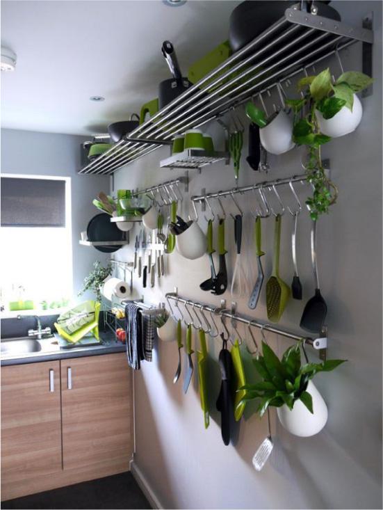 Рейлинговая система хранения на кухне