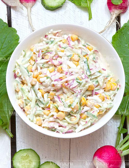 Переложить салат в красивое блюдо и подать к столу. Приятного аппетита!