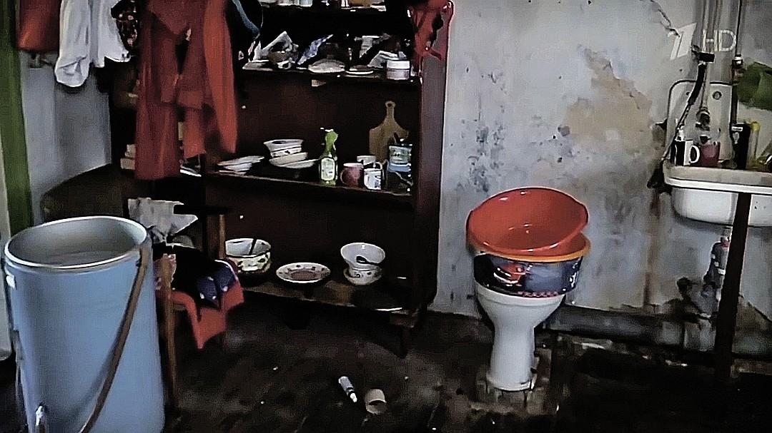 Женщина скрывала, что живет в ветхой коммуналке. ФОТО: Первый канал