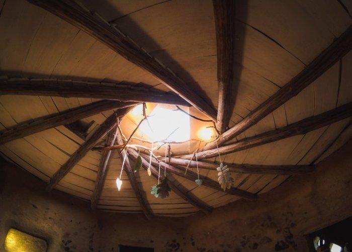 В центре крыши зияет круглое отверстие.