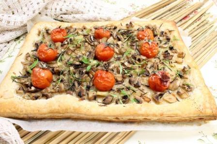 Открытый пирогс грибами и помидорами