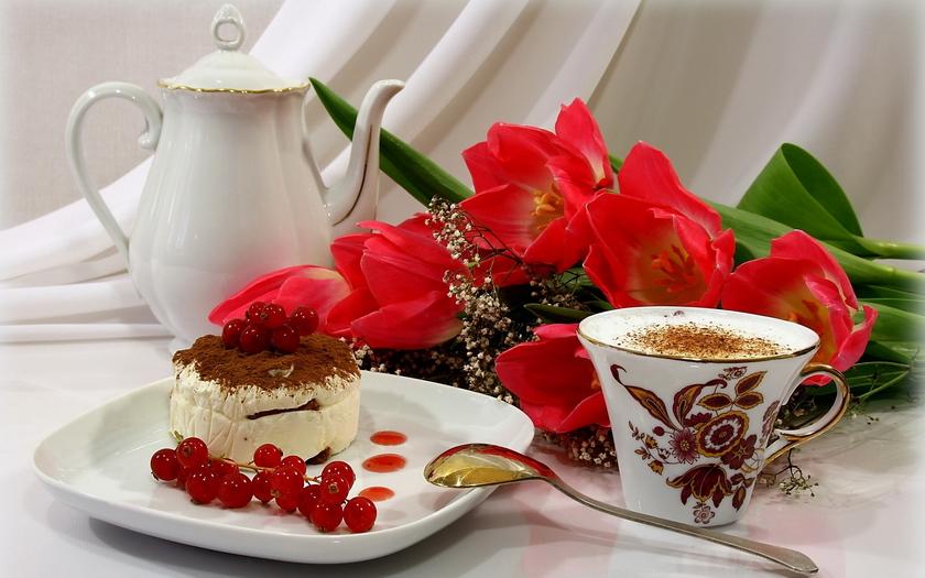 капучино, кофе, пирожное, цветы, тюльпаны, чайник, натюрморт