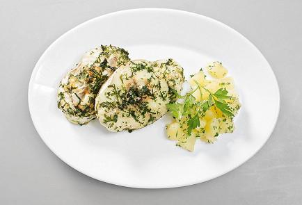 Фото приготовления рецепта: Хек в зеленом чесночном соусе - шаг 5