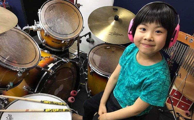 Восьмилетняя барабанщица играет Led Zeppelin: Роберт Плант в восторге!