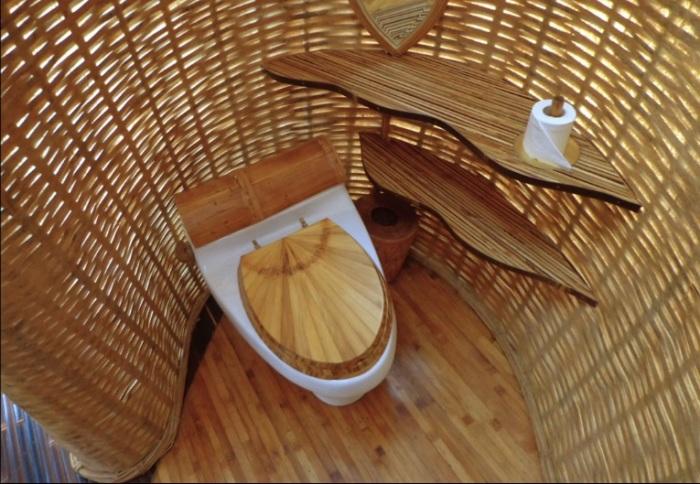 Бамбуковый дом с дизайнерским бамбуковым санузлом. /Фото:mad4yoga.com