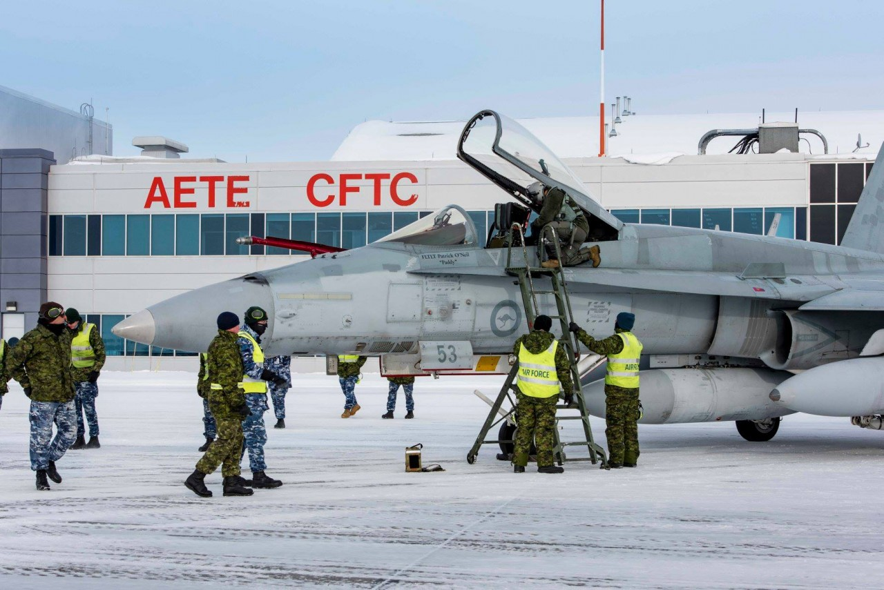 Канада получила два первых бывших австралийских истребителя F/A-18A