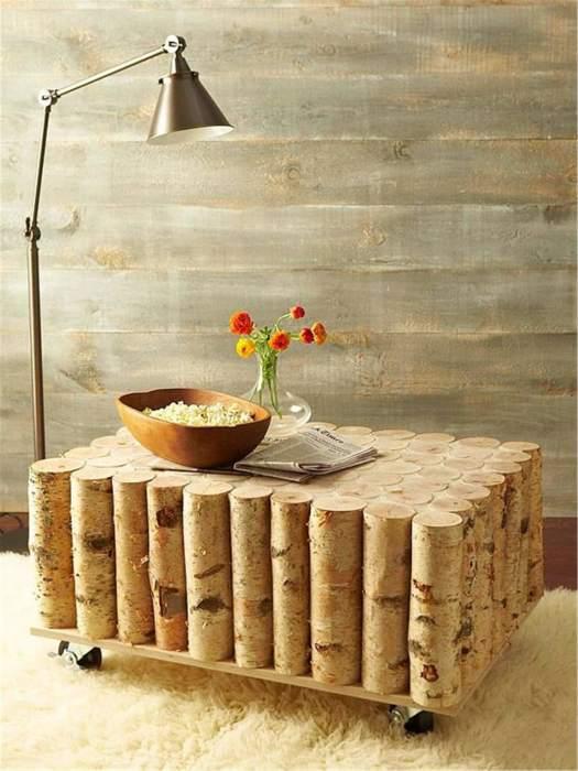 Невысокий дизайнерский журнальный столик можно сделать из небольших поленьев, обработанных водоотталкивающей пропиткой.