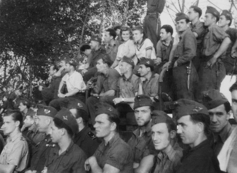 Венгерские солдаты наблюдают за футбольным матчем в деревне Основа под Харьковом