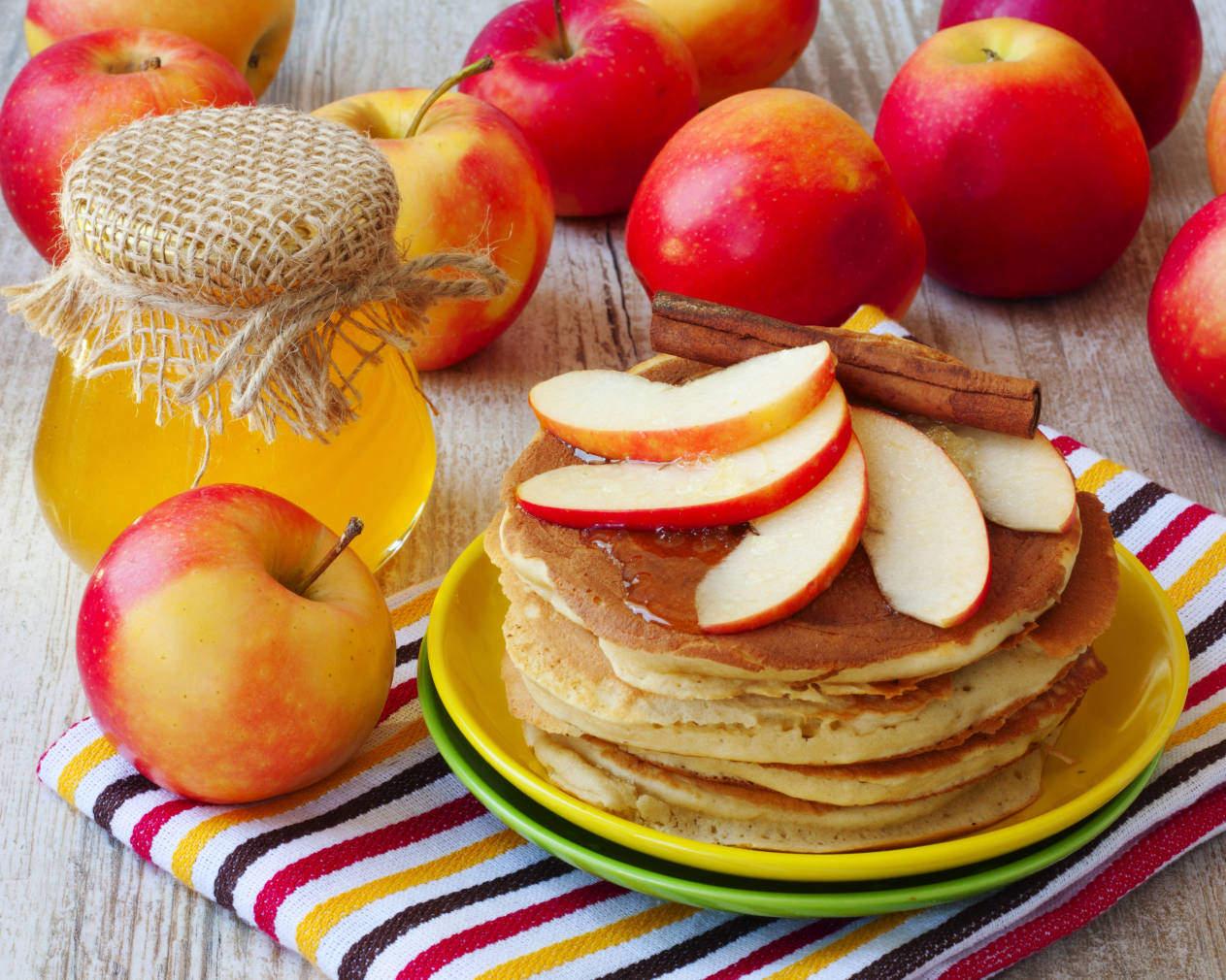 Блины яблочные, ореховые и сметанные - 3 рецепта