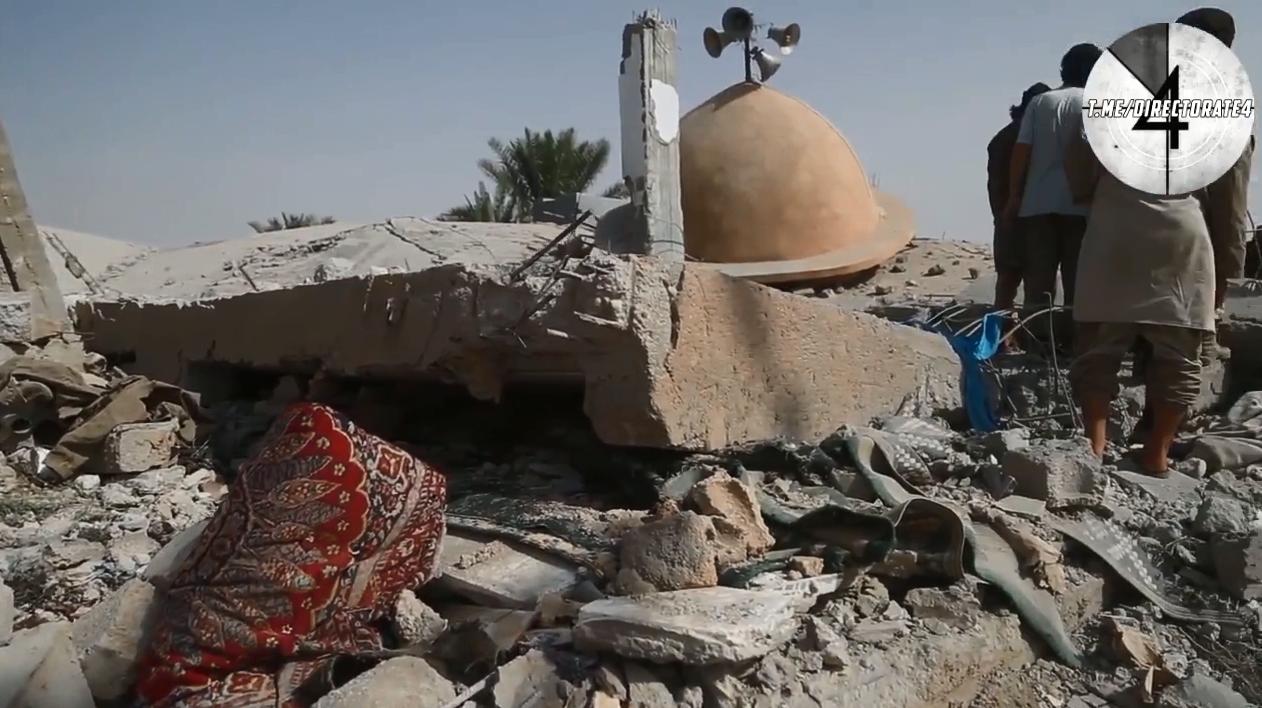 Появились кадры с места гибели людей после удара коалиции США по мечети в Сирии