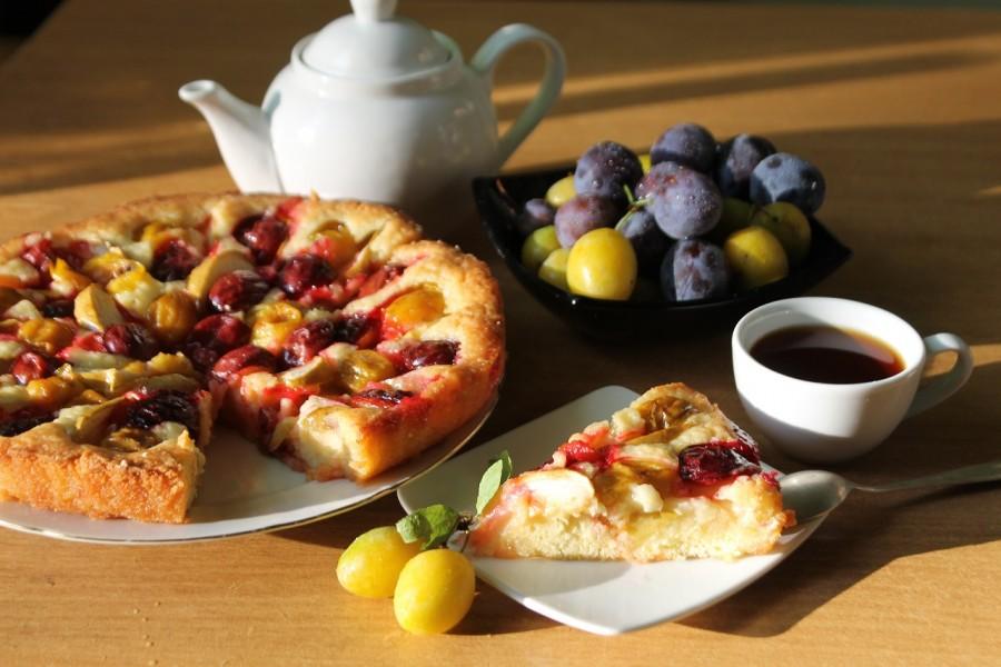 Сладкий открытый пирог с яблоками и сливами