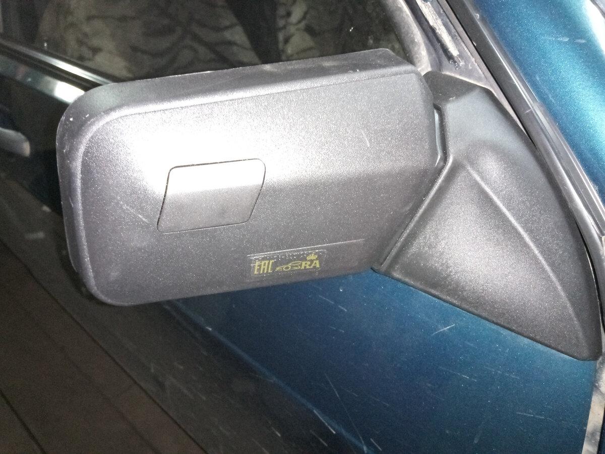 Обратил внимание на странную заглушку на зеркалах автомобиля. Узнал, зачем она нужна