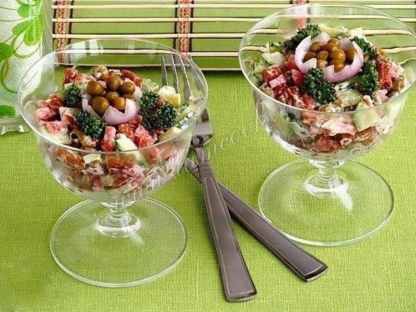 Обалденный салат с сухариками и копчёной колбасой