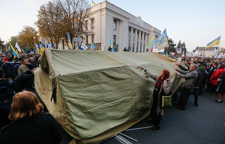 Митингующие установили более 60 палаток возле парламента в Киеве
