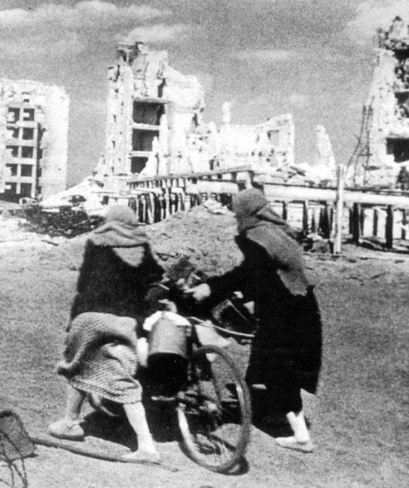 Две жительницы Сталинграда везут на велосипеде свои вещи, покидая город.