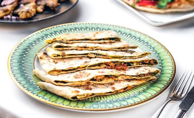 Легенда Армении: рецепт хаца с зеленью, сыром сулугуни, томатами и куриным филе