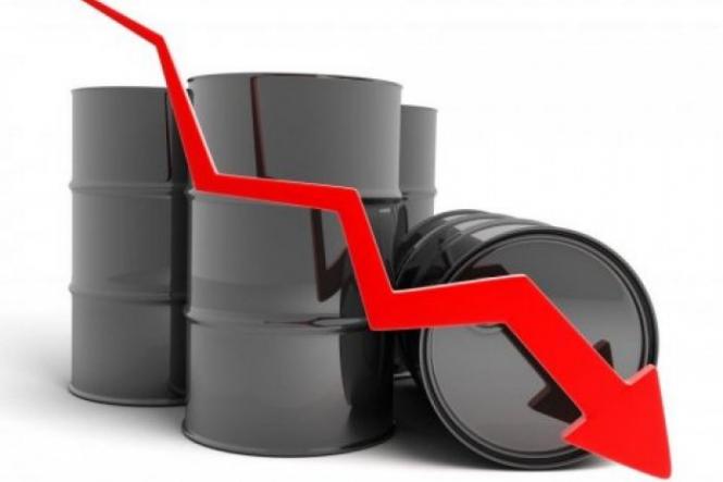 Нефть понемногу дорожает после обвала накануне
