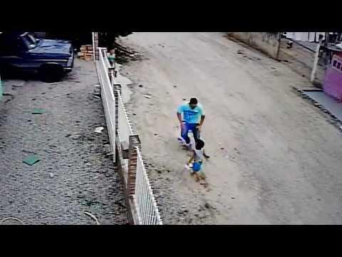Дядя переехал племянника, не заметив, как тот играет перед авто (видео)