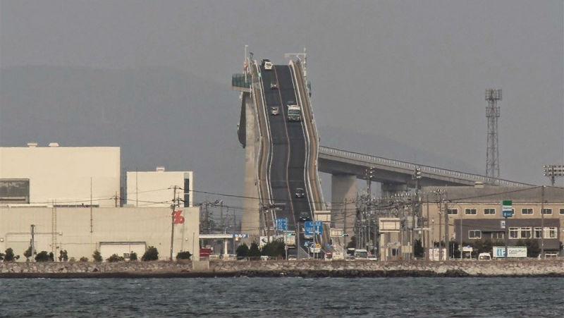 Сумасшедший мост в Японии, который круче, чем американские горки