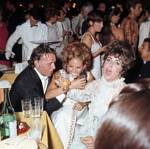Ричард Бертон, Клаудиа Кардинале и Элизабет Тейлор, на вечеринке в дворце Ca 'Vendramin Calergi во время Венецианского кинофестиваля 1967 года. история, люди, мир, фото
