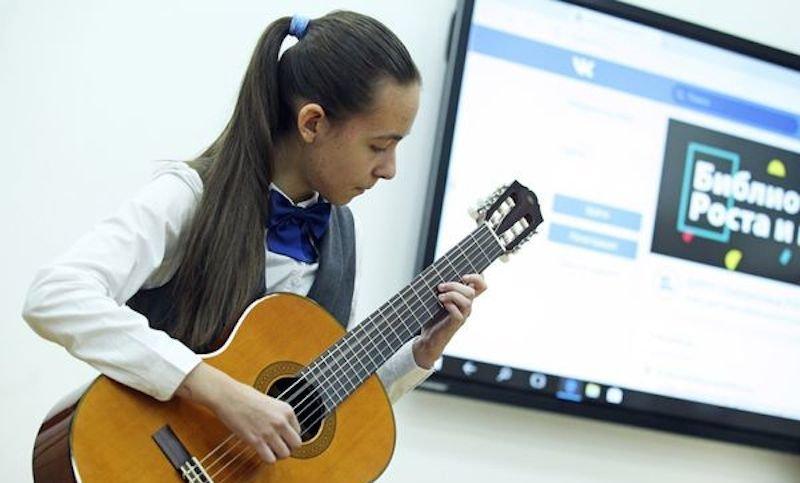 Владимир Путин осуществляет мечты. От президента получила гитару школьница из Петербурга