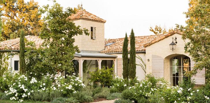 Очаровательный интерьер в единой цветовой гамме - французский прованс на калифорнийских просторах