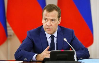 Медведев поручил разобраться с задержками зарплат