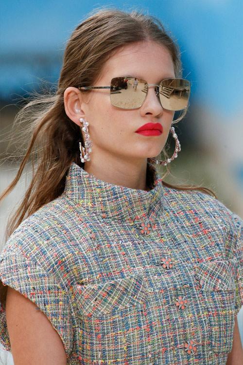 Очки в прямоугольной оправе с зеркальными стеклами от Chanel SS 2019