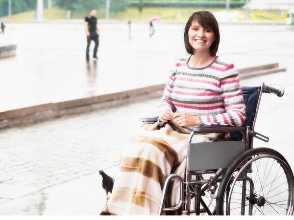 Навстречу мне выехала женщина в инвалидной коляске.