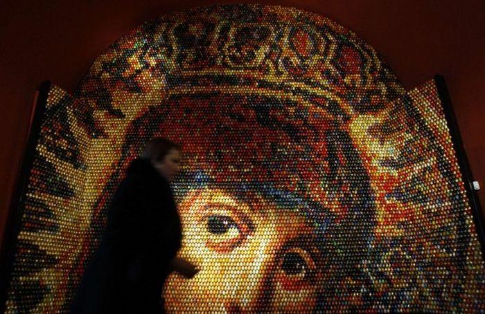 Мозаика образа Девы Марии из 15 000 пасхальных яиц