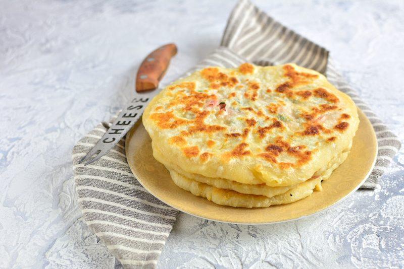 Начинаем лепить хычины с сыром и картофелем