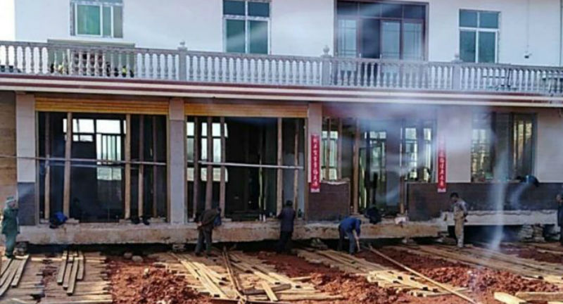 Хату подвинь: китайский фермер отказался сносить дом из-за строительства трассы, а просто перенес его на 40 метров