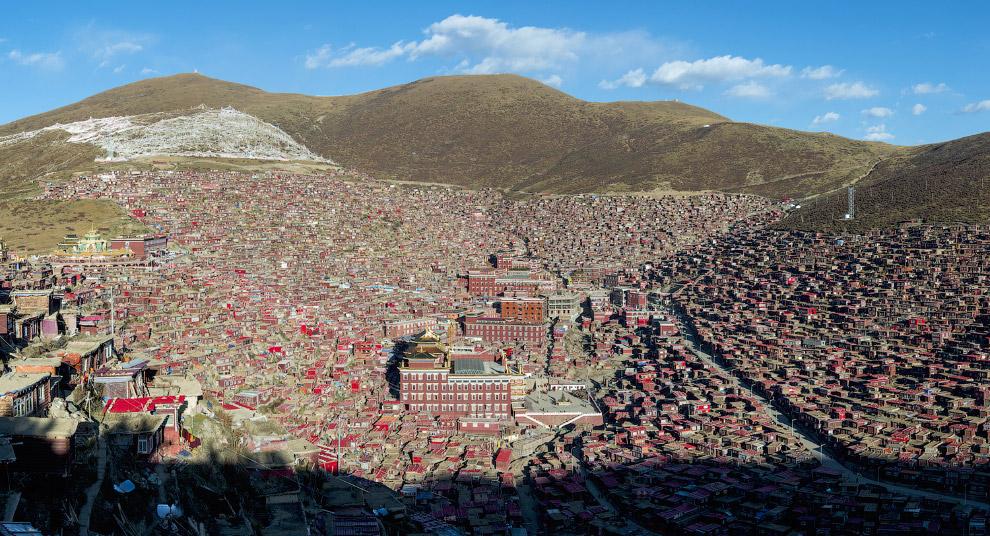 Вид на крупнейшую школу тибетского буддизма в мире