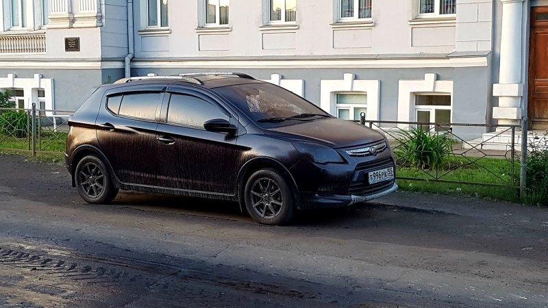В Омске дорожники залили битумом припаркованные автомобили