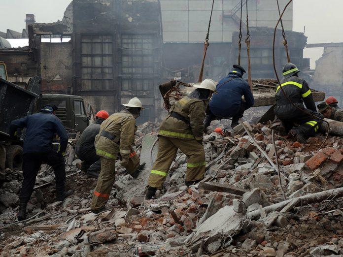 Он был опустошен, но полон решимости спасти своего сына после землетрясения. Это чудо!