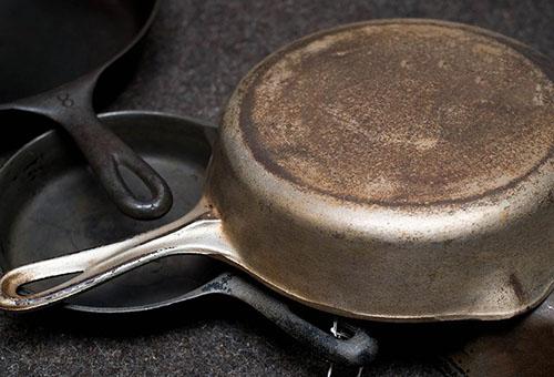 Как очистить старую чугунную сковородку от многолетнего нагара простыми способами?