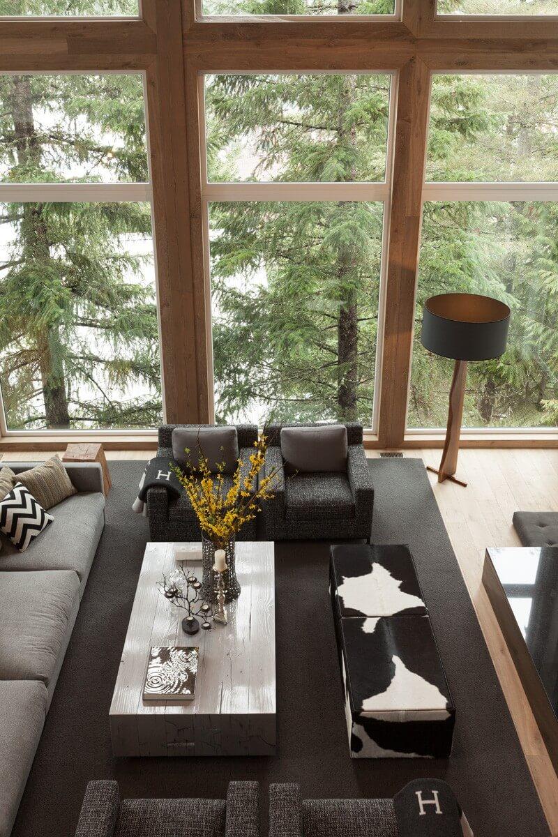 Вид сверху на зону отдыха с мягкой мебелью
