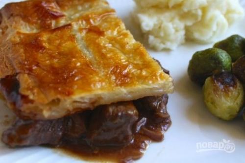 Пирог с мясом из слоеного теста.