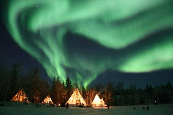 Красивое полярнео сияние над Канадой