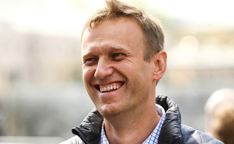 Алексею Навальному разрешили выезжать за границу