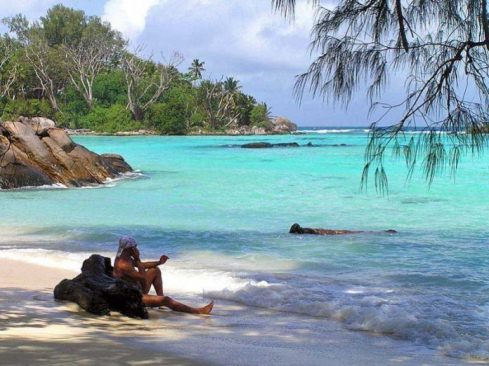 Парень на необитаемом острове встречает женщину впервые за 10 лет. Его реакция – это нечто!