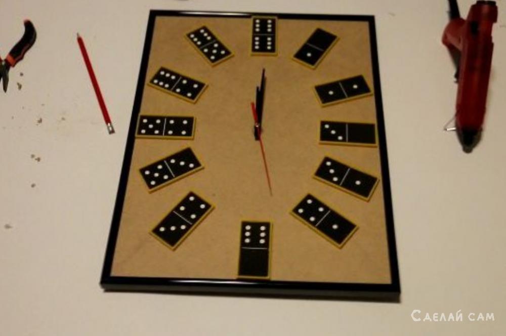 Необычные часы из домино своими руками