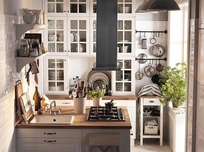 Кухня с красивыми шкафчиками.