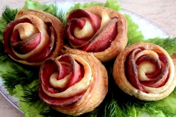 Колбасные «Розочки» из слоеного теста в духовке
