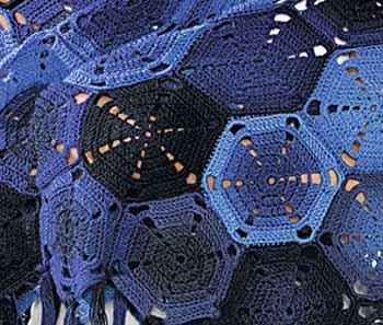 Синяя шаль из шестиугольных мотивов