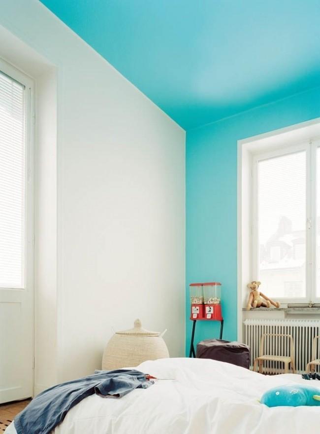 Детская комната со стеной и потолком голубого цвета