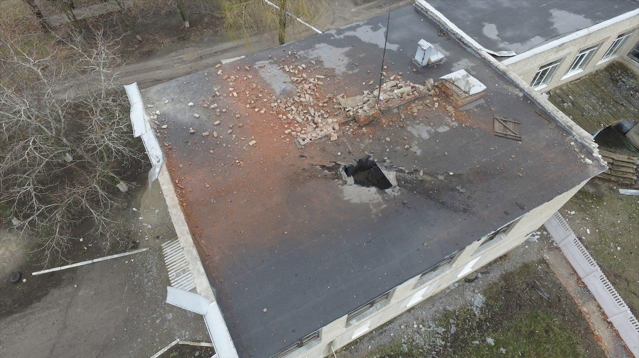 Украинская армия прямым попаданием разрушила крышу в детском садике в Докучаевске