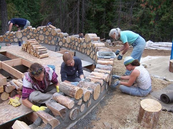 домик из цементаи бревен