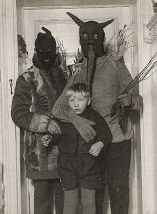 Родители настолько увлеклись игрой в маски-шоу, что не заметили испуганного взгляда мальчика.