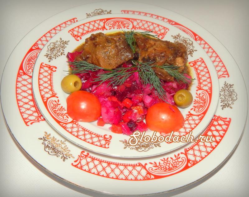 Свинина с можжевеловыми ягодами и черносливом
